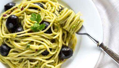 Pasta con julienne di zucchine e olive di gaeta
